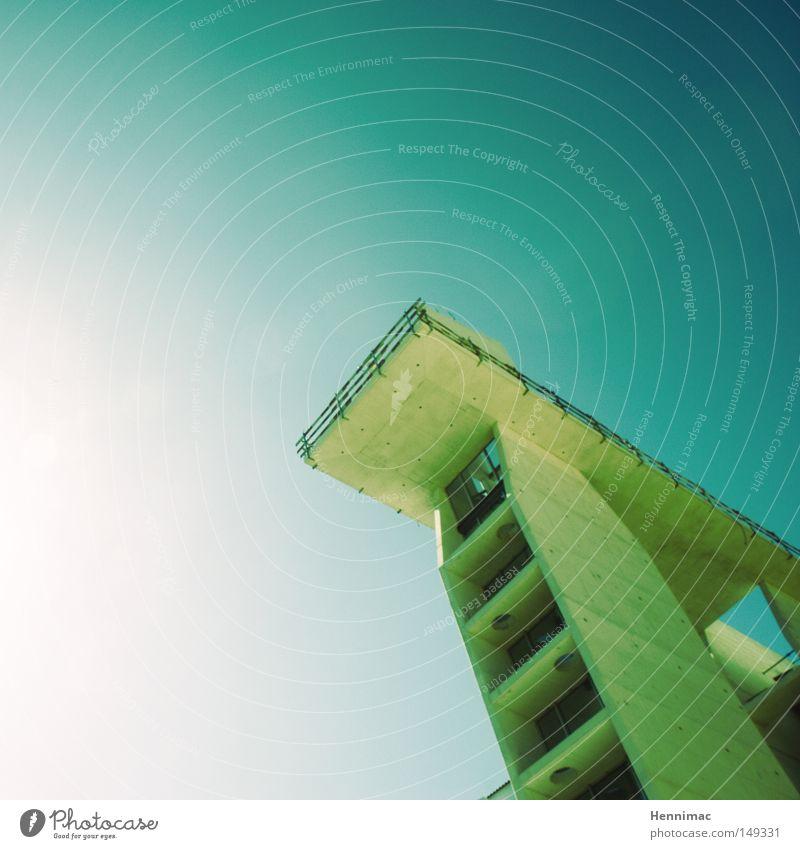 Spring! Architektur Detailaufnahme Linie diagonal blau grün modern hoch Höhe Plattform Himmel Schönes Wetter Beton groß Perspektive unten oben Hochhaus Etage