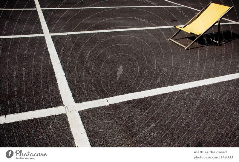 GOODBYE SUMMER Erholung Strand Pause liegen Liege Stadt Kontrast dunkel hell Freundlichkeit gelb Liegestuhl Einsamkeit vergessen frei Platz Strukturen & Formen
