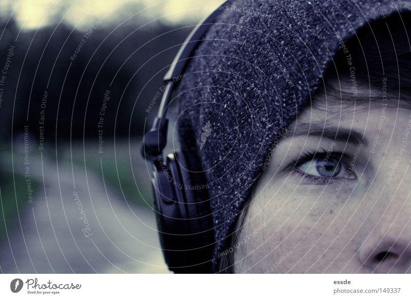 abgeschweift schön blau Winter Gesicht Auge Einsamkeit Farbe Erholung feminin Musik Wege & Pfade Zufriedenheit Haut Nase Lifestyle authentisch