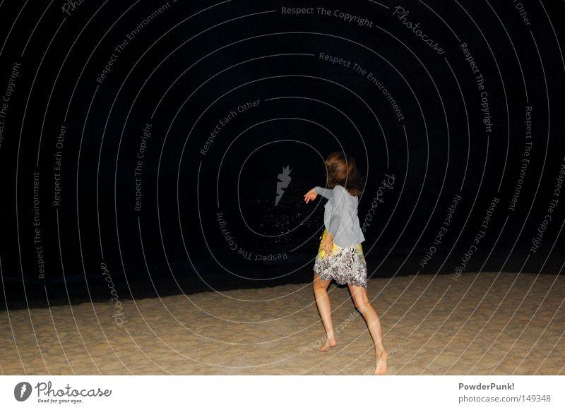 jetzt aber fix! Frau Wasser Sommer Meer Freude Strand schwarz Erwachsene gelb Junge Frau dunkel Haare & Frisuren Küste Sand 18-30 Jahre laufen