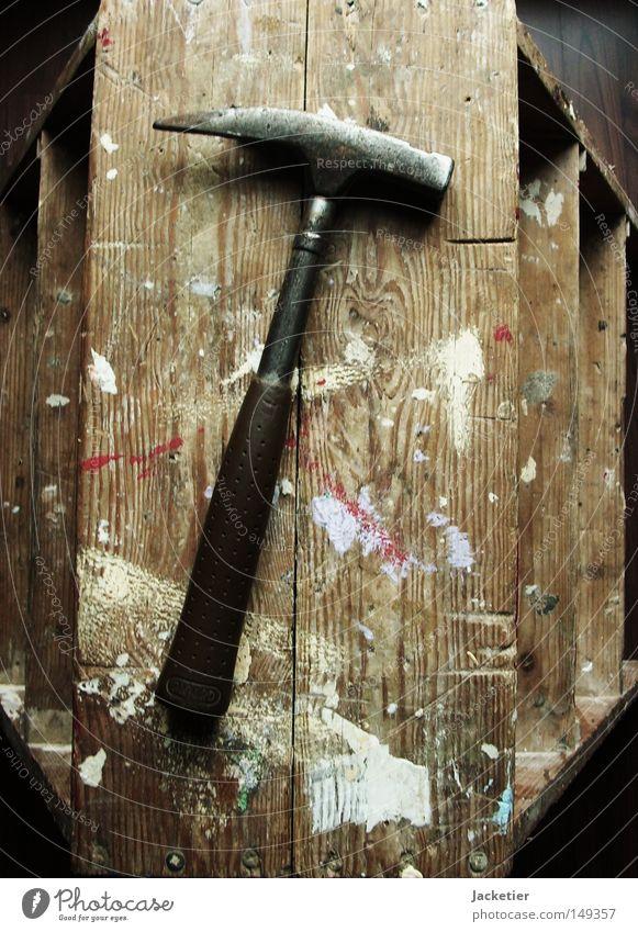 Hammer harte Gebrauchsspuren Hocker Trittleiter Stahl Eisen Hammerkopf Loch Holz weiß rosa violett rot Bodenbelag braun dunkelbraun hellbraun beige Handwerk