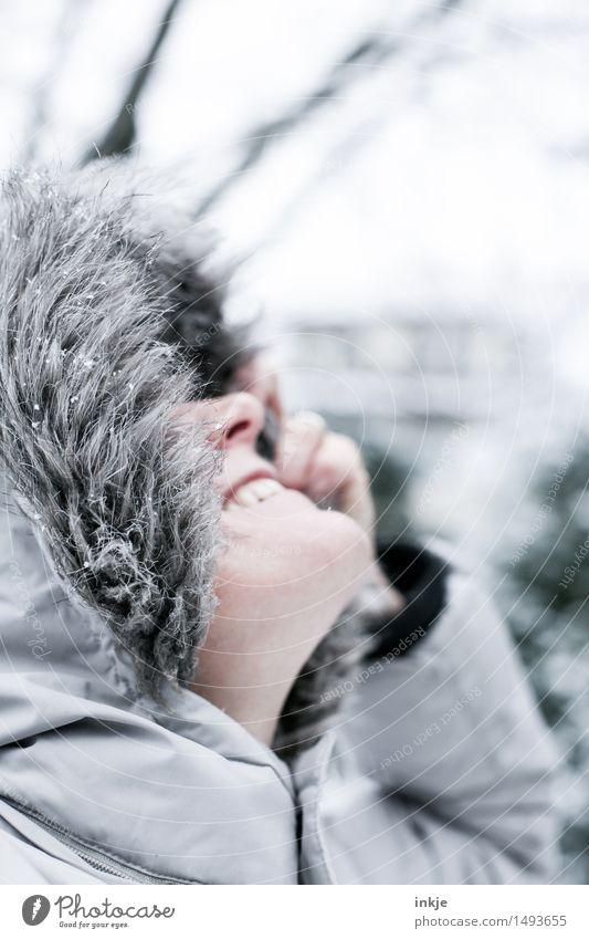 schöner Tag Lifestyle Stil Freude Leben Wohlgefühl Freizeit & Hobby Frau Erwachsene Gesicht 1 Mensch Jacke Mantel Wintermantel Fellkragen Kapuze Lächeln lachen