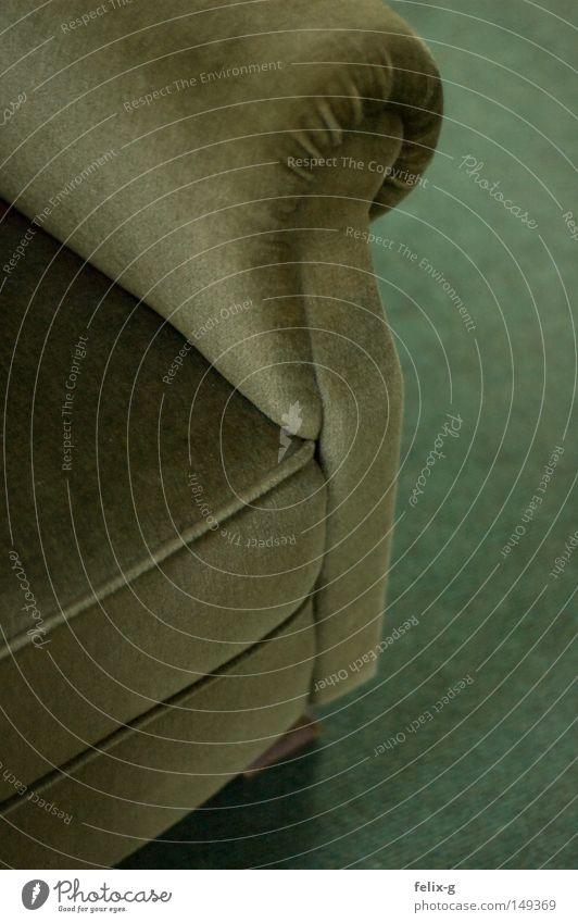 opas sessel alt grün Erholung Möbel Wohnzimmer gemütlich antik Sessel Teppich Kissen bequem Lounge Chefsessel Kaki