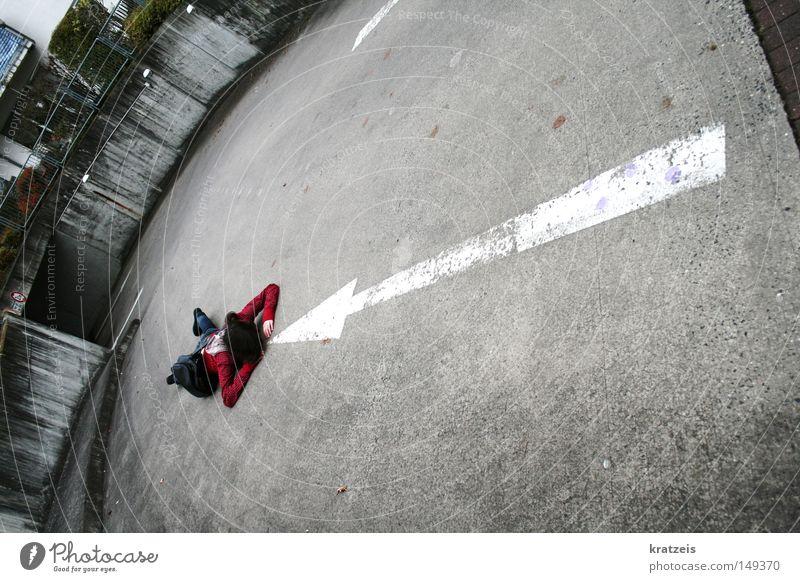 sie geht immer die falsche richtung. Garage rot grau kalt Richtung Hinweisschild Pfeil berg runter Bodenbelag