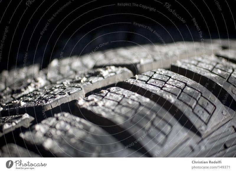 Winterreifen (eins von achtundvierzig) Schnee PKW Eis Sicherheit KFZ gefährlich bedrohlich Autofahren Reifen Gummi Fahrer Motorsport Felge Autofahrer Autoreifen