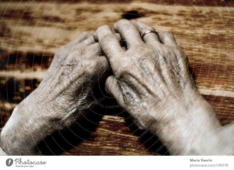 Geschichten des Lebens (3) Hand alt Frau Finger Daumen Haut Senior Falte Lebenslinie Pause ruhen Müdigkeit Zeit Gefühle Wärme Geborgenheit verwundbar Weisheit