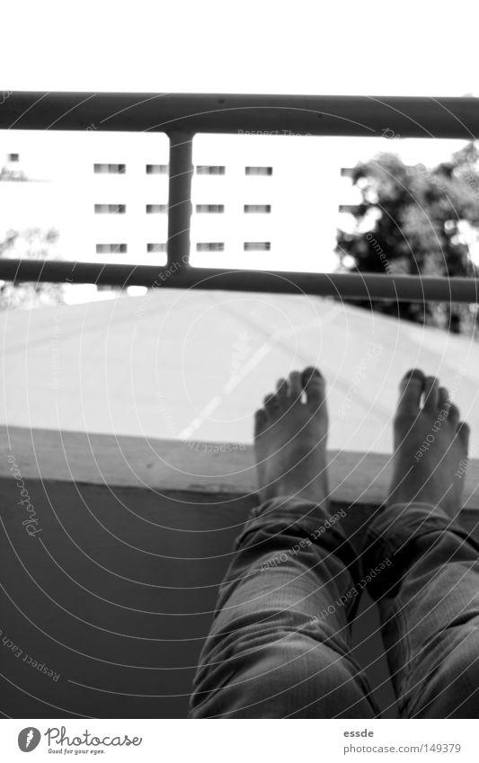 balkonaussichten Erholung Wand Mauer Fuß Beine Zufriedenheit Perspektive gefährlich Aussicht Balkon Geländer Treppengeländer Monochrom hochlegen