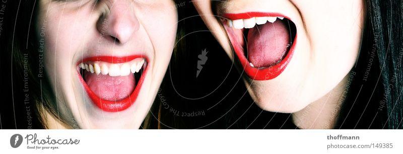 Shout it out loud!!! rot Lippenstift Mund Schminke schreiben Quietschen schreien gruselig geschminkt feminin zart weiß Angst Panik Frau Zunge bleich Zähne