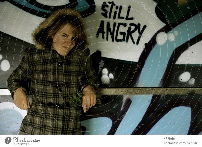 [urban rotkäppchen] still angry. Frau ärgerlich Ärger verärgern Konflikt & Streit Wut schmollen Schmollmund skeptisch Wand Graffiti Kapuze Geländer anlehnen