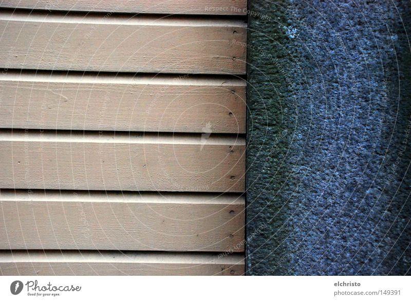 Am Ende wird's blau... Holz Wand Mauer Stein Holzbrett Grenze braun beige Betonwand Kontrast Wechseln Farbe Detailaufnahme Übergang