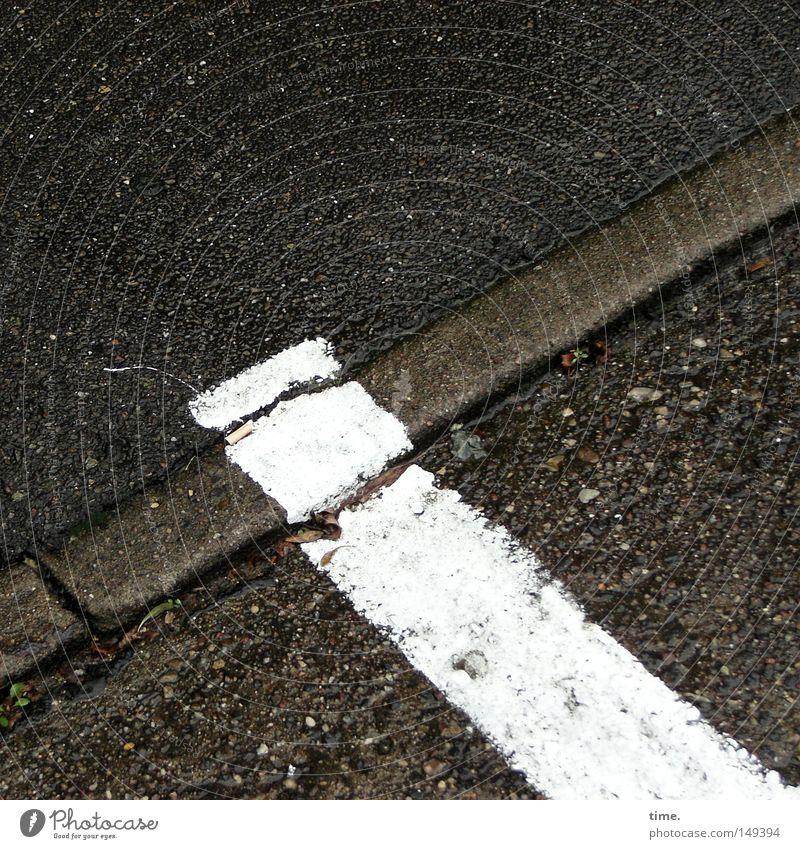 Extraportion weiß Straße Stein Ecke Asphalt Streifen Grenze Verkehrswege diagonal Parkplatz parallel Bordsteinkante Textfreiraum Strukturen & Formen Fahrbahnmarkierung Steinboden
