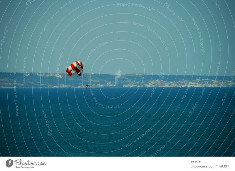 para Mensch weiß Meer blau rot Freude Ferien & Urlaub & Reisen Farbe Sport Spielen hoch Aussicht Gleitschirmfliegen gestreift Höhe Fallschirm