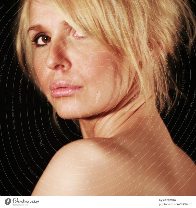 Schulterblick Blick Frau blond Haut Lippen Rücken zurück schwarz braunes Auge schick schön weich zart authentisch Natur Gesicht ästhetisch hingeschaut natürlich