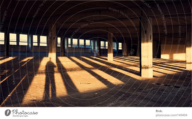 .Die Sonne im Nacken Licht Schatten Lichteinfall planen Kernschatten Mauer Backstein Sozialismus Republik Gebäude Friedhof Kunstwerk Mörtel Beruf Demontage