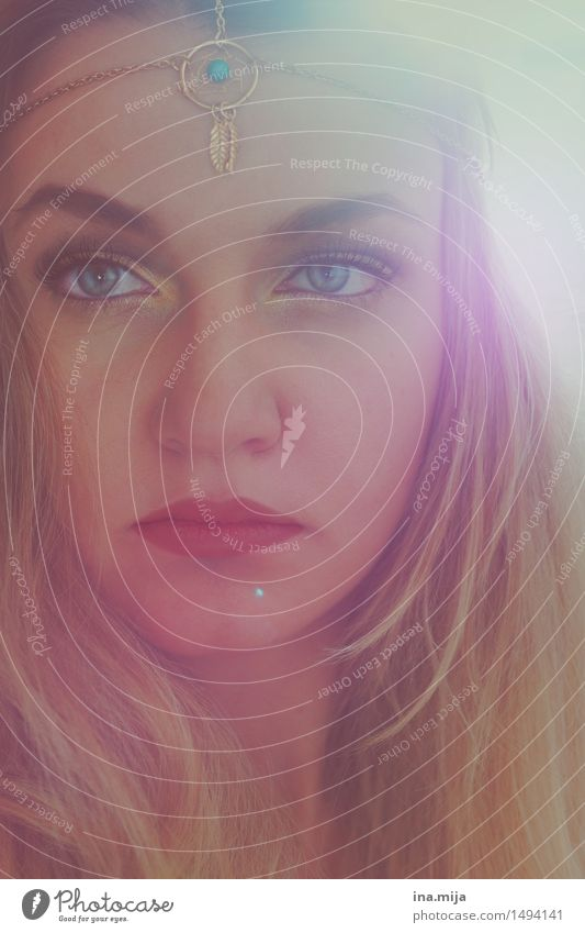 weibliches Gesicht mit blonden Haaren, hellen Augen und Schmuck Mensch feminin Junge Frau Jugendliche Erwachsene 1 18-30 Jahre 30-45 Jahre Mode Accessoire