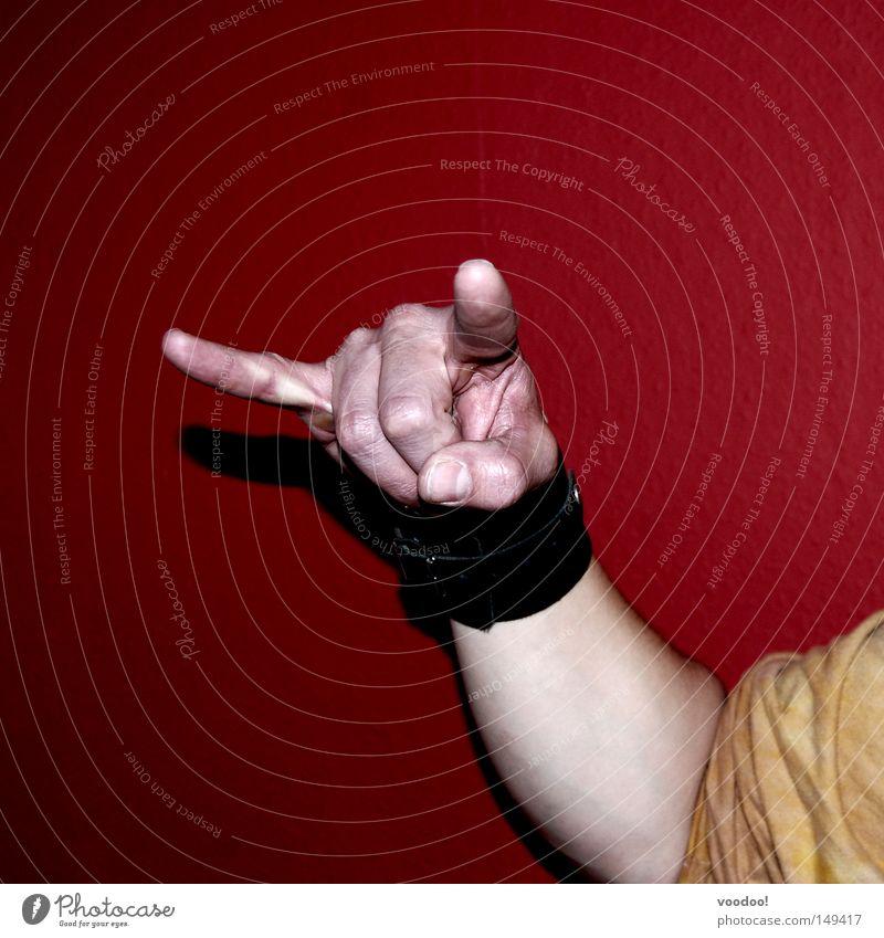 Pommesgabel from hell! Leidenschaft Begeisterung Euphorie Rock 'n' Roll Rockmusik Gruß Horn Hölle old-school rot Klischee Schatten Hand Finger Arme Fan