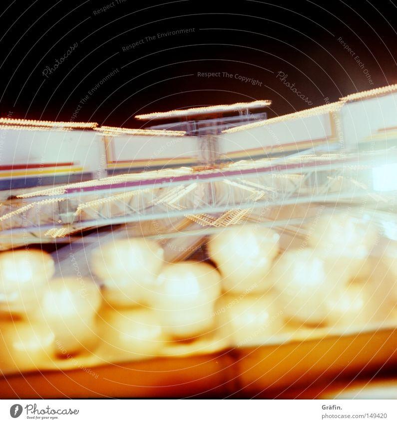 Schwindelerregend Lampe hoch drehen Fahrgeschäfte dunkel Sommer Nacht Eingang Jahrmarkt fahren Glühbirne Festbeleuchtung Unschärfe groß Freude Detailaufnahme