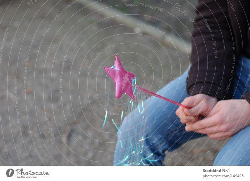 Der Zauberlehrling Fee Hand sitzen Jacke Stab Hose Straße rosa schwarz Mann maskulin blau grau Freude Langeweile Spielen Stern (Symbol)