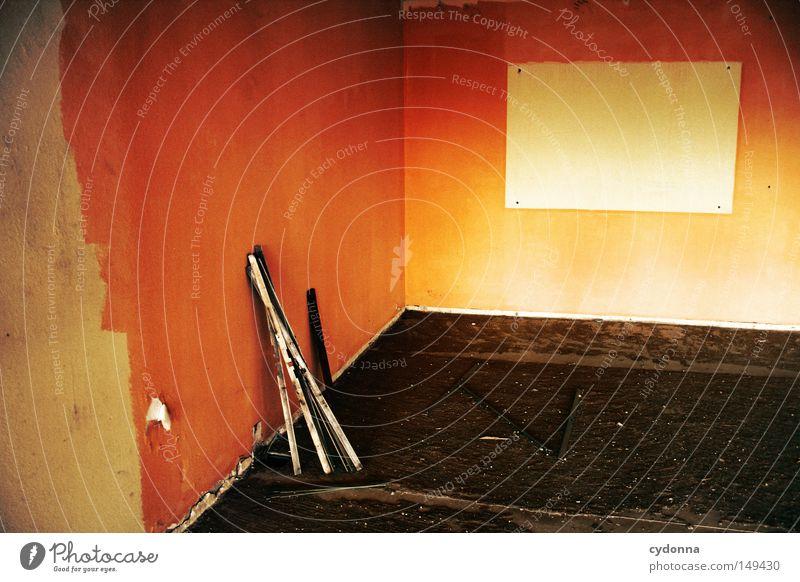 Lehrstunde beendet Einsamkeit Ferne dunkel Wand Gefühle Gebäude orange Raum Hintergrundbild Schilder & Markierungen Aktion Kommunizieren Vergänglichkeit Bildung