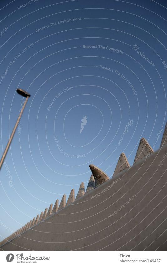 anders als der Rest Ferne Wolkenloser Himmel Tor Stahl einzigartig Spitze blau grau Sicherheit Schutz Überwachung Verbote bewachen Dreieck eingezäunt Flutlicht