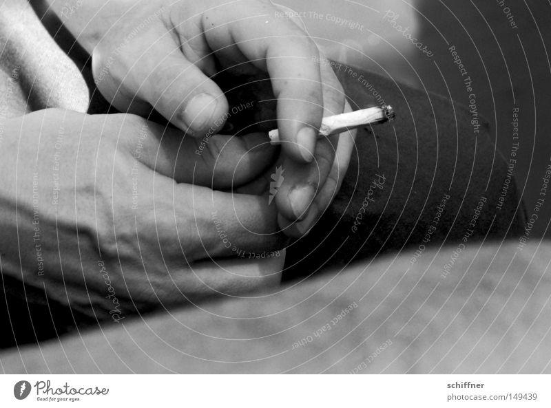 Die Letzte - versprochen! Zigarette selbstgedrehte Zigarette Rauchen Tabakwaren Nikotin Teer Sucht Abhängigkeit genießen Pause Männerhand festhalten haltend