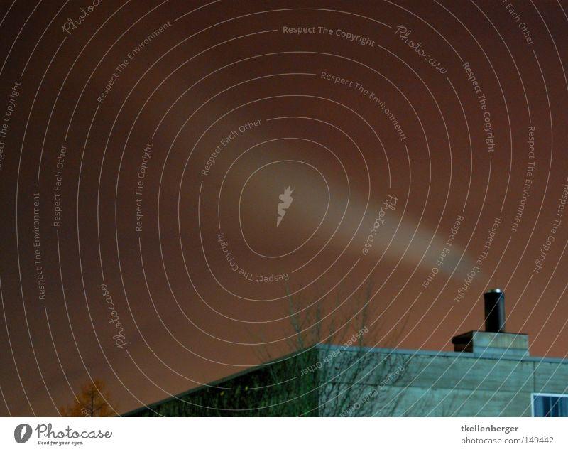Verhust Haus Himmel Wolken Nebel Wärme Baum Gebäude Beton Rauch dunkel grau rot weiß gefährlich Stress Umweltverschmutzung Abgas Ozon Ozonloch Feinstaub