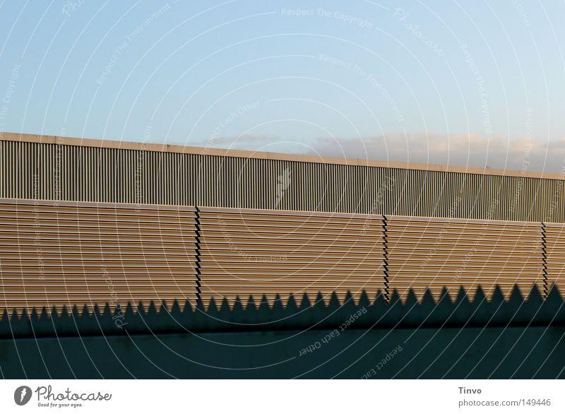 Das Schloß des Zaunkönigs Himmel Wolken Einsamkeit Arbeit & Erwerbstätigkeit Wand Gebäude Linie Architektur geschlossen Industrie Sicherheit Zukunft Fabrik