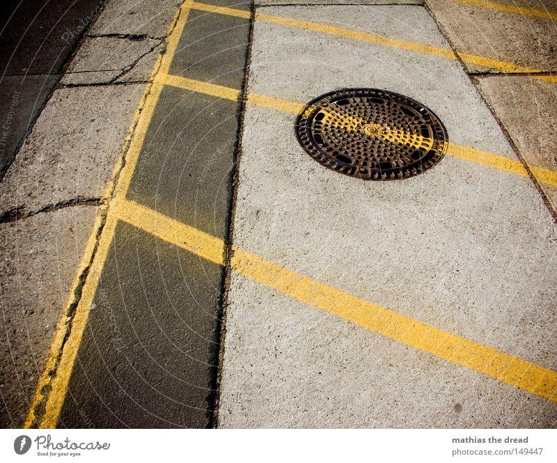 LINIENFÜHRUNG Bodenbelag parken Parkplatz Rechteck Linie weiß gelb gerade Optik Perspektive Schatten Sonnenlicht Stadt Stein Asphalt kalt Wärme hart Beton