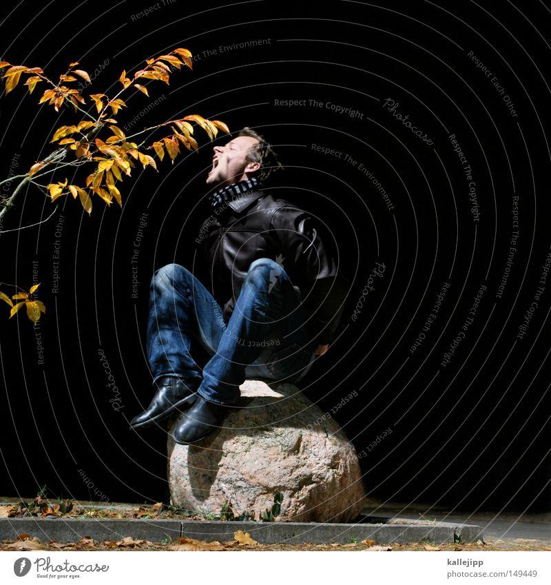 winterspeck anfressen Mann Mensch Blatt Ast Herbst Stein sitzen hocken Ernährung beißen Futter Nacht schwarz dunkel Neonlicht Jeanshose Jeansstoff skurril