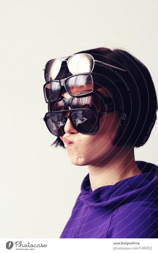versuch eine biene zu imitieren Frau Jugendliche Junge Frau Erwachsene lustig verrückt Mund Brille Schutz violett Sonnenbrille dumm Pullover Grimasse Kapuze