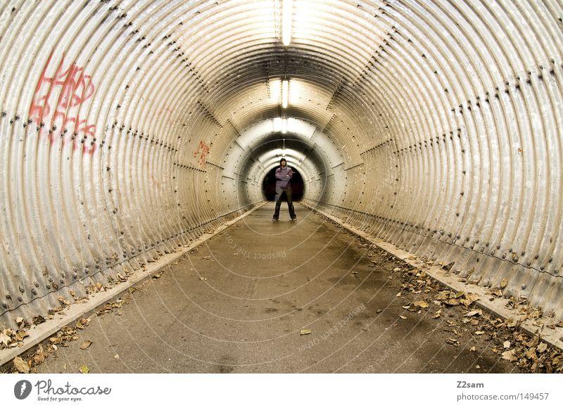 underground London Underground Untergrund Tunnel Beton Blatt Herbst Winter Einsamkeit dunkel Licht Mann Mensch Fischauge stehen Stil Perspektive Architektur
