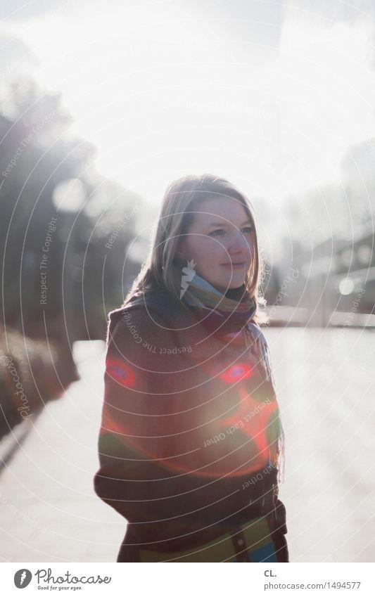 : ) Mensch Frau Winter Erwachsene Leben Herbst feminin Glück Zufriedenheit Fröhlichkeit Lächeln Lebensfreude Schönes Wetter langhaarig Mantel 30-45 Jahre