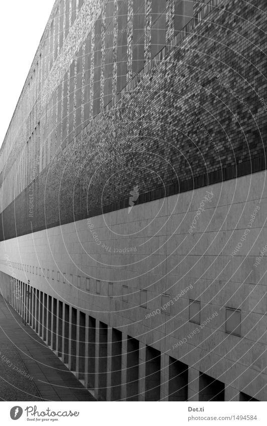 Fassade Stadt Menschenleer Haus Mauer Wand ästhetisch Symmetrie Architektur Fluchtpunkt Perspektive massiv Schwarzweißfoto Außenaufnahme Muster
