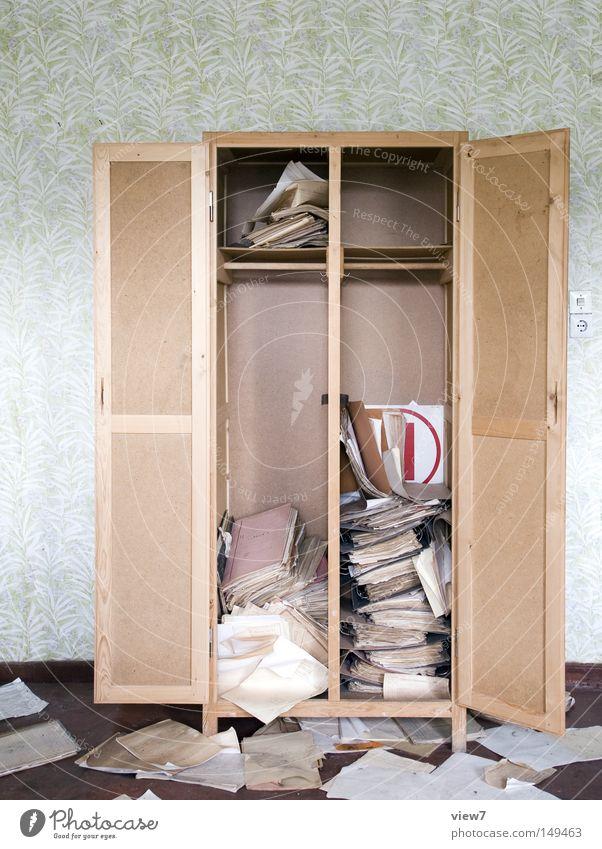 Suche ruhig Einsamkeit Buch Wand Arbeit & Erwerbstätigkeit Raum Zeit gehen Papier Tisch Boden Bodenbelag Dinge Wut Schriftstück