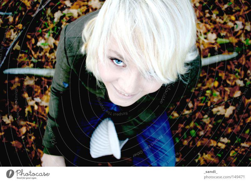 Herbstimpressionen 2 Frau blond Blatt Kontrast Perspektive