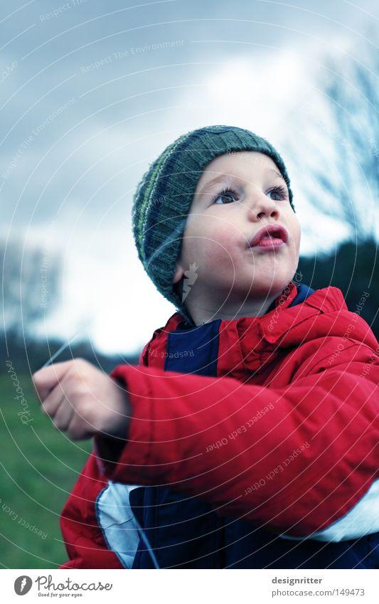 Drachenbändiger Kind Junge Jacke Mütze November Herbst Herbstwetter Wetter Wolken Wind Sturm Leidenschaft kalt nass ungemütlich dunkel trüb Lenkdrachen steigen