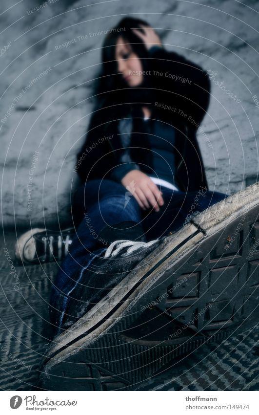 Kopf hoch Mädel... Frau Jugendliche Erholung Traurigkeit Denken Schuhe Trauer Wunsch Turnschuh Verzweiflung Langeweile hängen Chucks faulenzen Schuhsohle gammeln