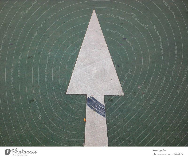 Spurwechsel Pfeil Richtung geradeaus richtungweisend Dreieck Fahrbahnmarkierung Verkehr weiß grün schwarz Abrieb Reifenspuren Gummi Straßenbelag Farbe