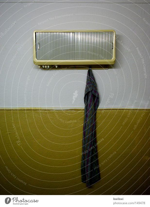 kind wasch dich! alt gelb Tod grau dreckig Möbel beige Handtuch Schrank Achtziger Jahre