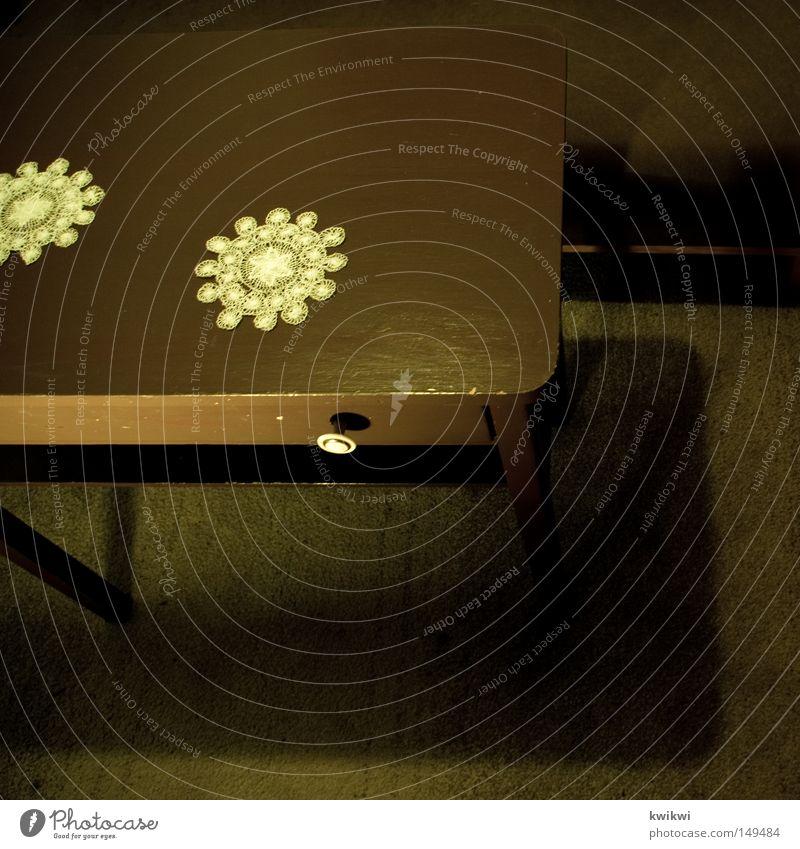 oma backt den besten kuchen Tisch braun Holz Schublade Decke Kaffeetrinken stricken Sofa Teppich dunkel Wohnzimmer tischdenke gehäkelt beistelltisch häkeln