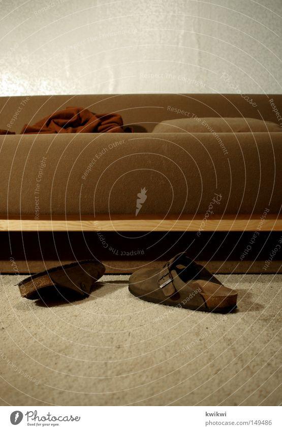 machs dir gemütlich Schuhe Hausschuhe Sofa braun Holz Stoff sitzen schlafen beige Teppich Wand Tapete Einsamkeit Wohnzimmer liegen chilln Wolldecke Decke