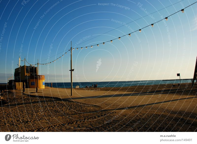 5.20 pm Meer blau Strand gelb Herbst Sand Küste Bar Spanien Schönes Wetter Barcelona November Lichterkette Strandbar