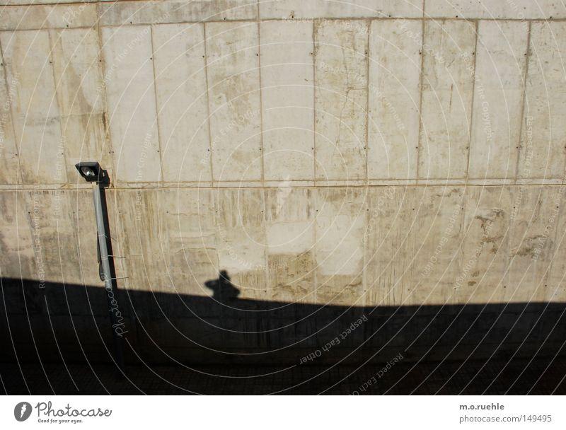 sichtbeton Wand Schatten Beton Schattenspiel Laterne Silhouette modern Barcelona Industrie Mauer