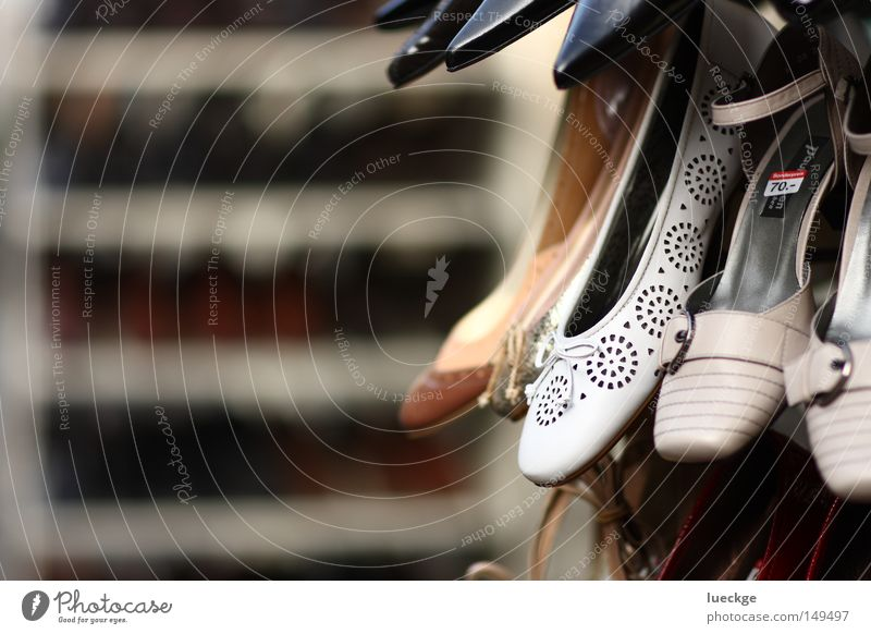 Photo-Schuhting weiß schön Schuhe gehen laufen elegant Bekleidung neu Ladengeschäft Spaziergang bezahlen verkaufen Tiefenschärfe Wege & Pfade hässlich Kapitalwirtschaft
