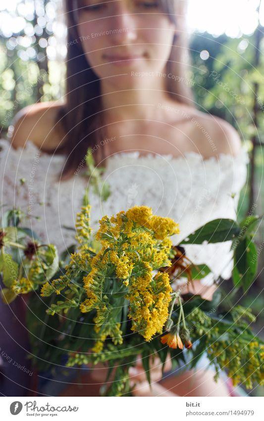 EIn Strauß voll Sommer Natur Jugendliche Pflanze Junge Frau Blume Erwachsene Frühling feminin Glück Zufriedenheit Lebensfreude Blumenstrauß Frühlingsgefühle