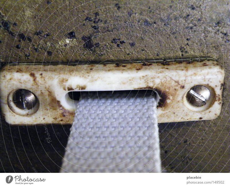 Schmeckt irgendwie nach Kaugummi alt weiß Farbe Wand Farbstoff braun Metall dreckig Beton Metallwaren Mitte Kunststoff silber Putz Schraube Befestigung