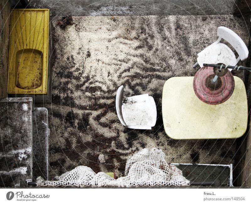 Küche Spielzeug Küchenspüle Sitzecke Tisch Bank Stuhl Gardine Lampe kaputt staubig dreckig Erinnerung Spielen Vergänglichkeit Puppenstube Häkelgardine