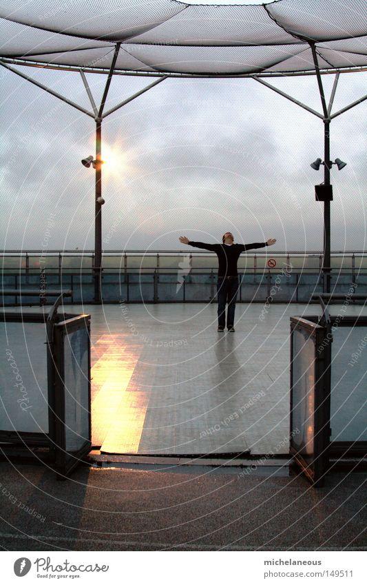 oh rainy day, come round Mensch Himmel Stadt Wolken Einsamkeit Wetter Hochhaus Mitte Geländer Symmetrie Scheinwerfer Bühnenbeleuchtung Mittelpunkt Gerüst Schlittschuhlaufen Arena