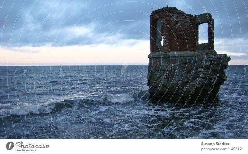 Es war einmal.... Himmel Wasser Meer Wolken Haus Fenster kalt Stein Spaziergang Ostsee Burg oder Schloss verfallen Ruine Leuchtturm DDR Märchen