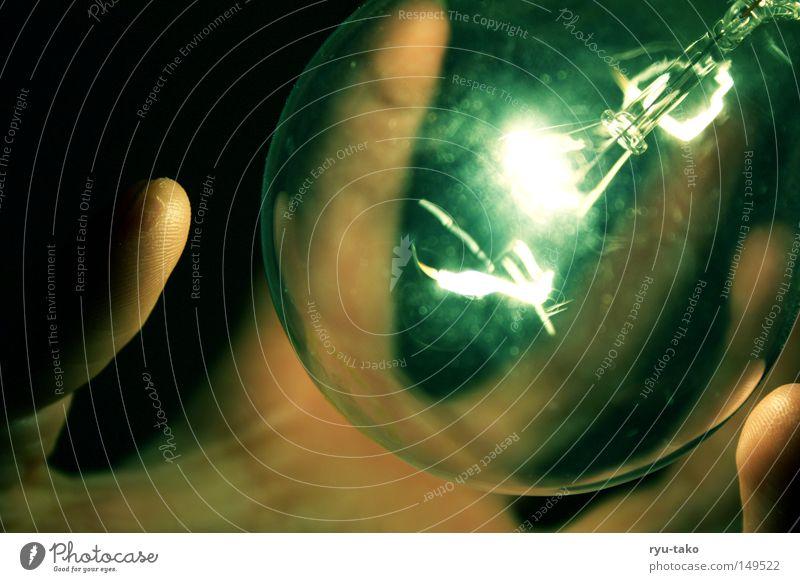 Little Green Hand berühren grün blau Glühbirne glühen schwarz dunkel Lampe sanft Makroaufnahme Nahaufnahme dark